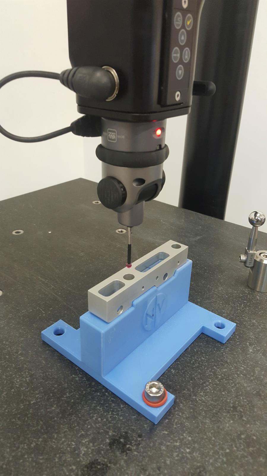 Chế tạo đồ gá kiểm tra trên máy đo 3D CMM bằng máy in 3D là một trong những ứng dụng mới hữu ích của công nghệ in 3d tại Việt Nam. Ngoài đồ gá cho máy đo 3D CMM ( máy CMM ) thì còn có thể tạo đồ gá gia công hoặc đồ gá cho chuyền lắp ráp.