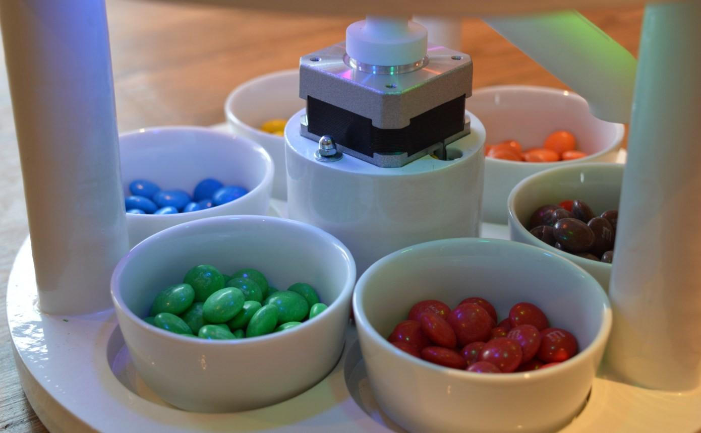 """Quá """"rảnh"""", anh sinh viên ngành kỹ thuật phát minh chiếc máy lựa màu kẹo M&M:"""